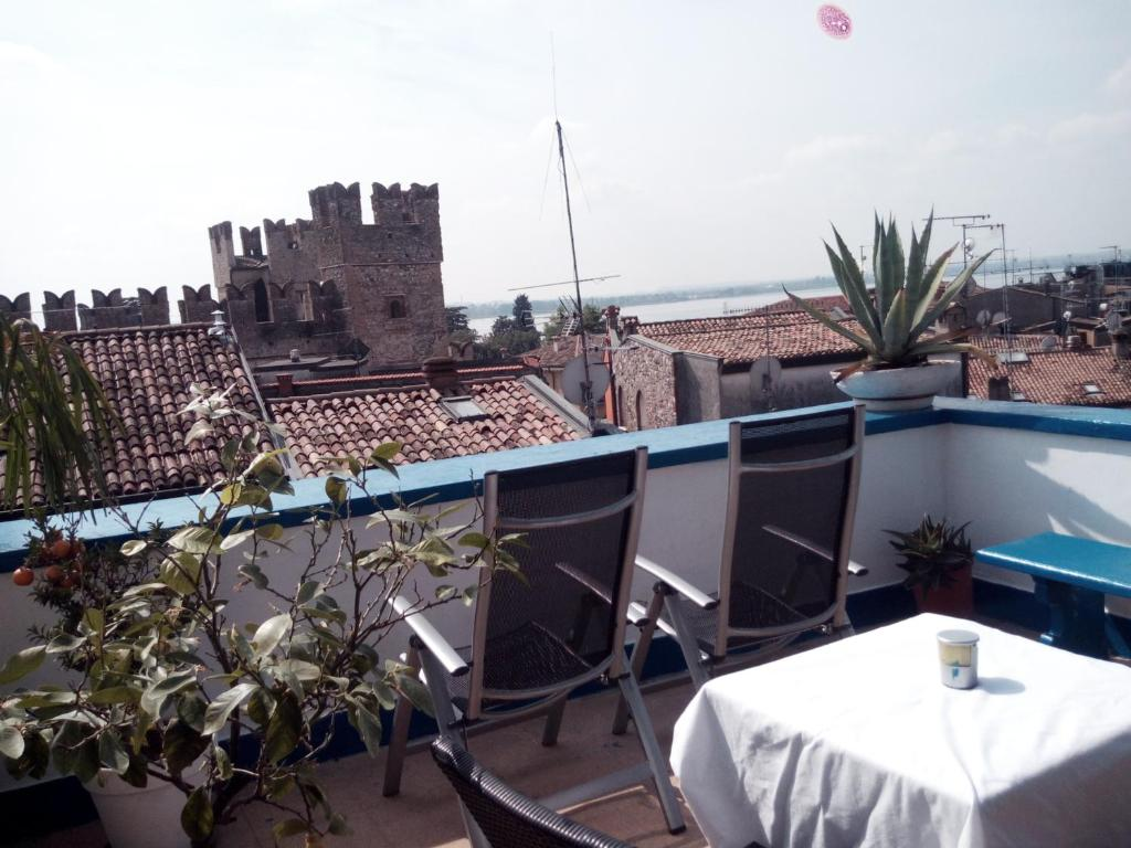 Meuble adriana sirmione sirmione book your hotel with for Meuble adriana sirmione italy