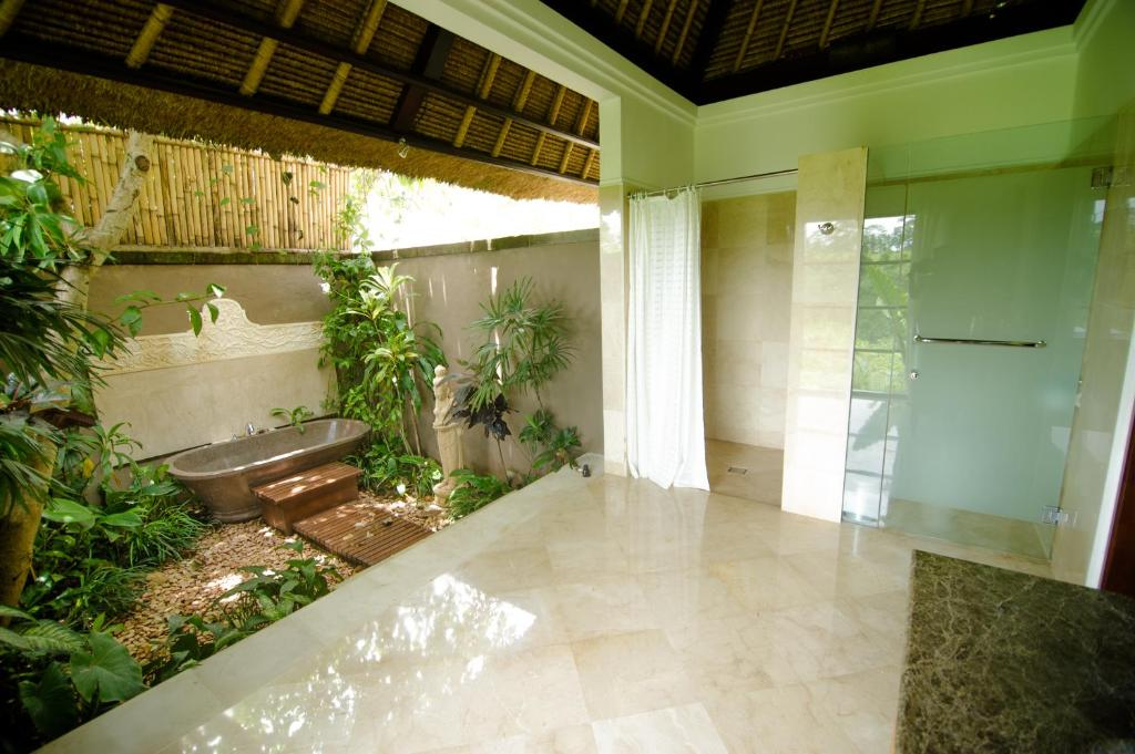 Amori villas ubud viamichelin informatie en online for Indoor outdoor bathroom design ideas