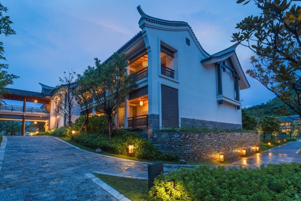 Banyan tree yangshuo yangshuo reserva tu hotel con for Habitaciones familiares lisboa