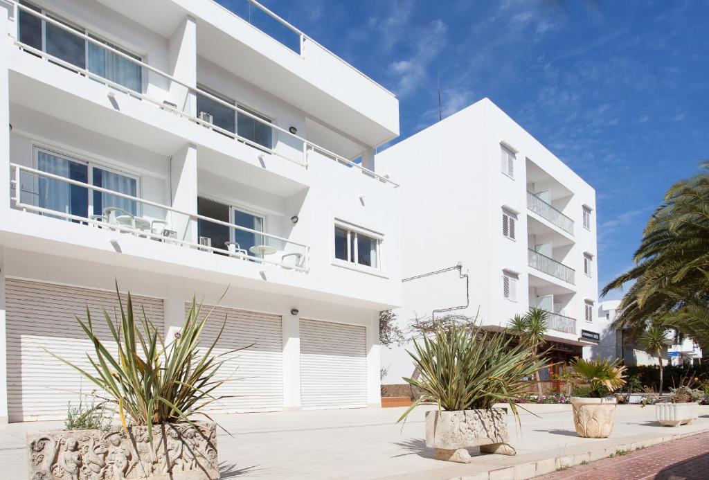 Apartamentos sof a playa ibiza santa eulalia del r o book your hotel with viamichelin - Apartamentos sofia playa ibiza ...