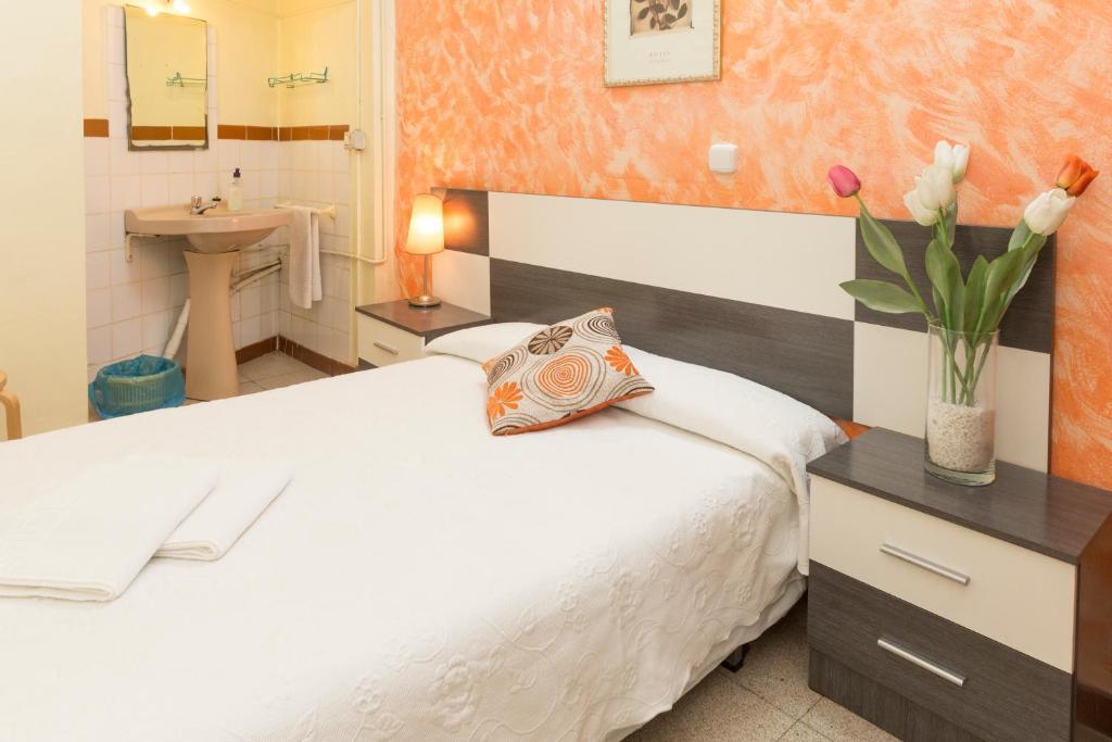 chambres d 39 h tes pensi n dani chambres d 39 h tes barcelone. Black Bedroom Furniture Sets. Home Design Ideas