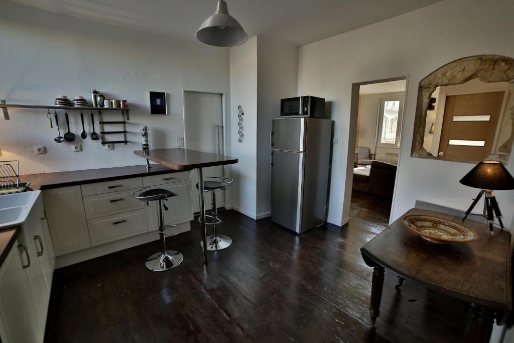Appartement place fernand lafargue locations de vacances - Ustensiles de cuisine bordeaux ...