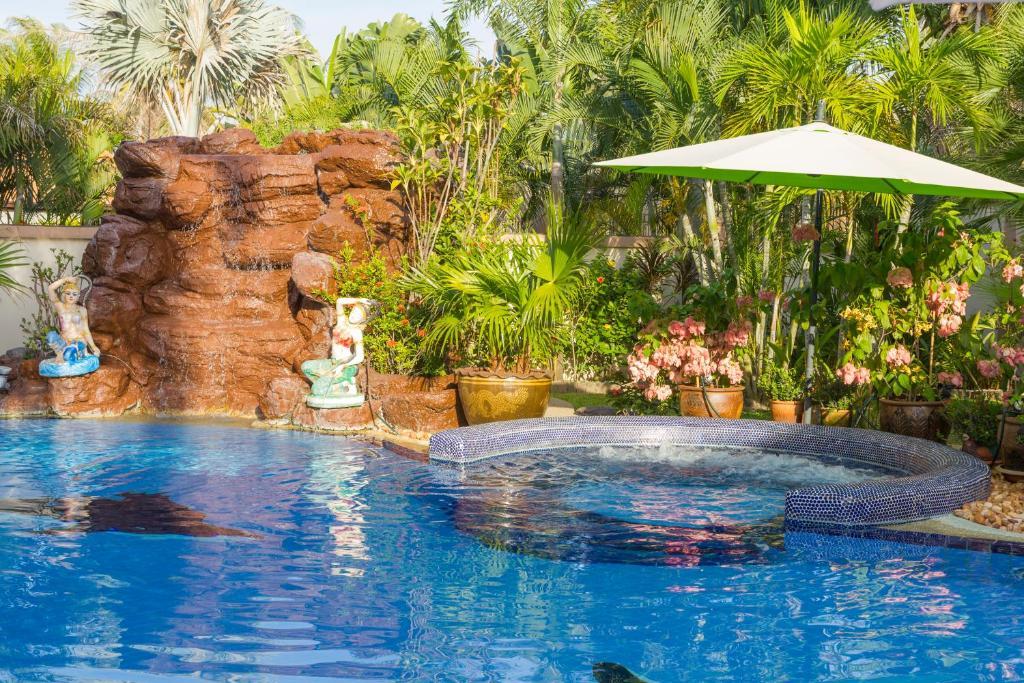 Relaxing palm pool villa and tropical garden bang lamung for Garden pool book