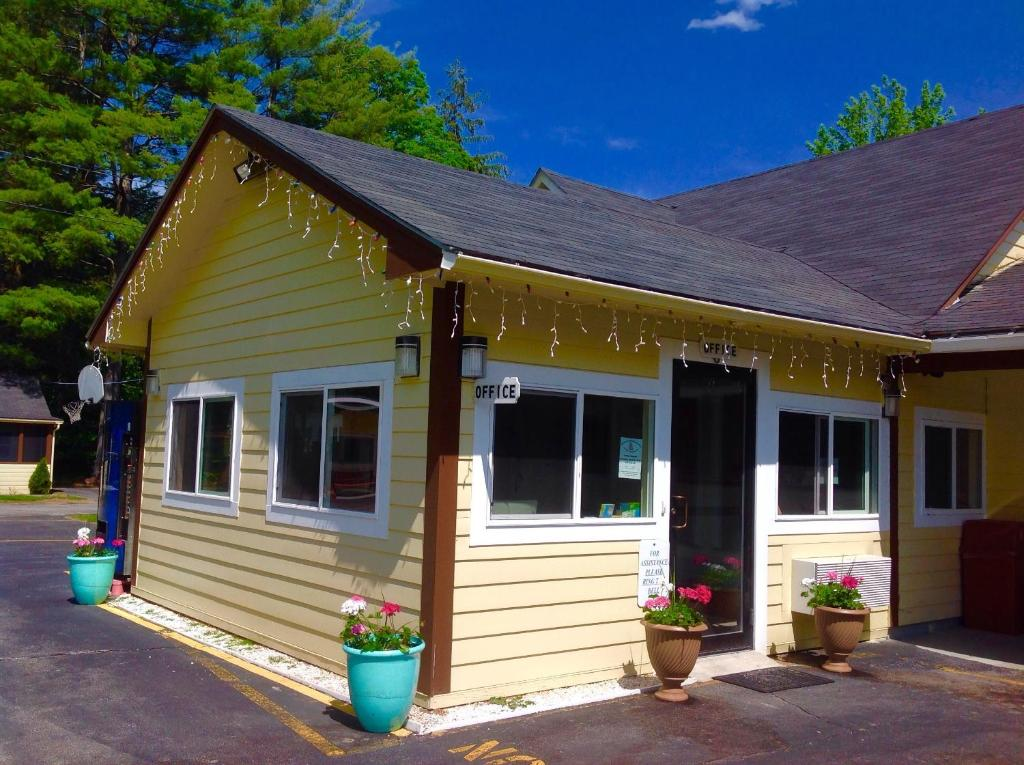 Pilgrim Inn Amp Cottages Laconia Book Your Hotel With