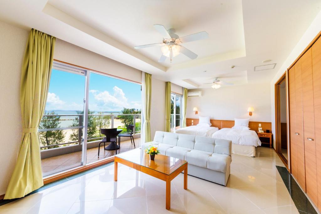Una habitación de Best Western Okinawa Onna Beach