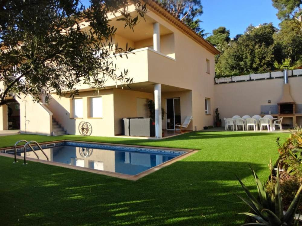 Gran casa con pisicina playa de aro holiday home in for Casa platja d aro
