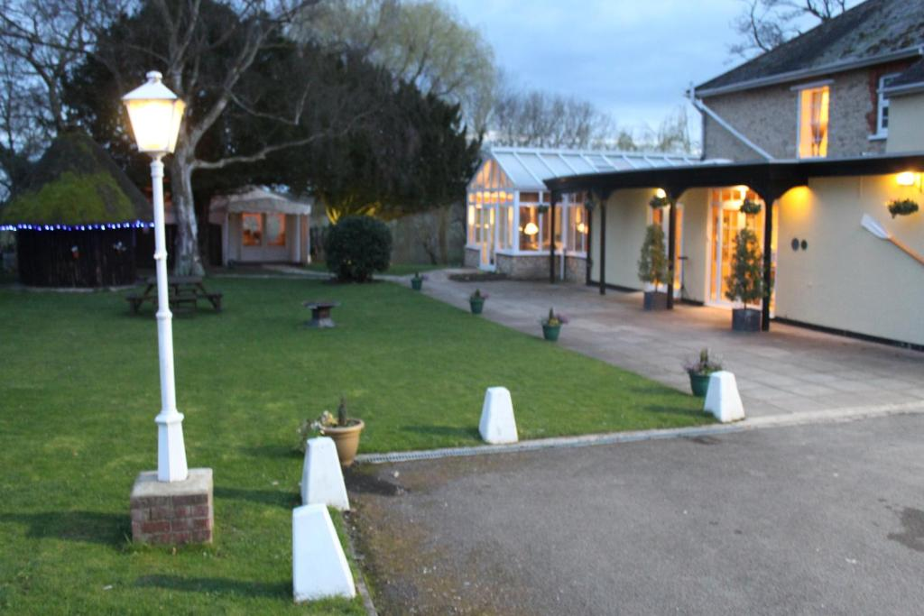 Millhouse hotel and riverside restaurant rushden book for Garden rooms stagsden