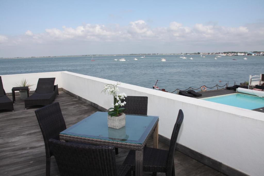 Hotel la maison sur l 39 eau beauvoir sur mer online for Agnes b la maison sur l eau