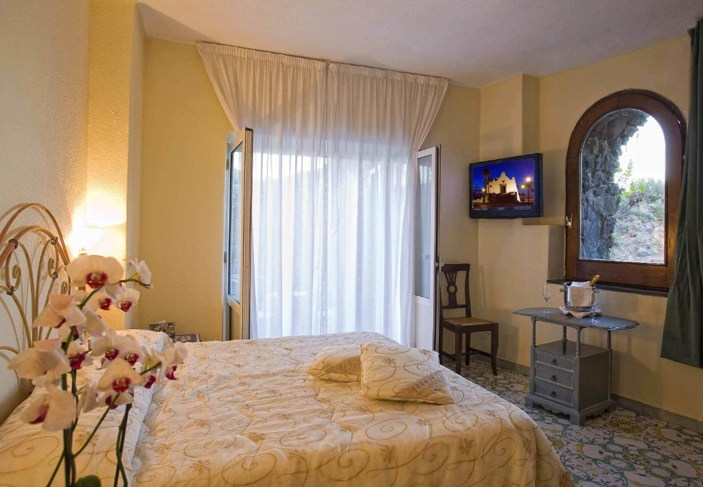 Strand hotel delfini ischia reserva tu hotel con for Arredamento camere hotel prezzi
