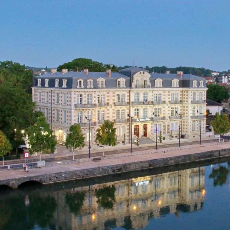 Les jardins du mess verdun book your hotel with for Le jardin du quai