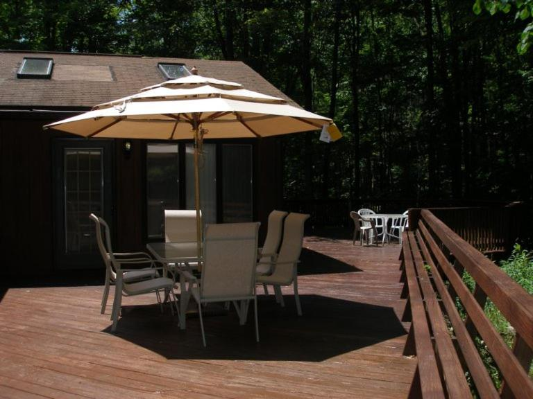 Luxurious Home Jacuzzi, Sauna & Deck, Walk to Beach/Pools or Ski Mountain