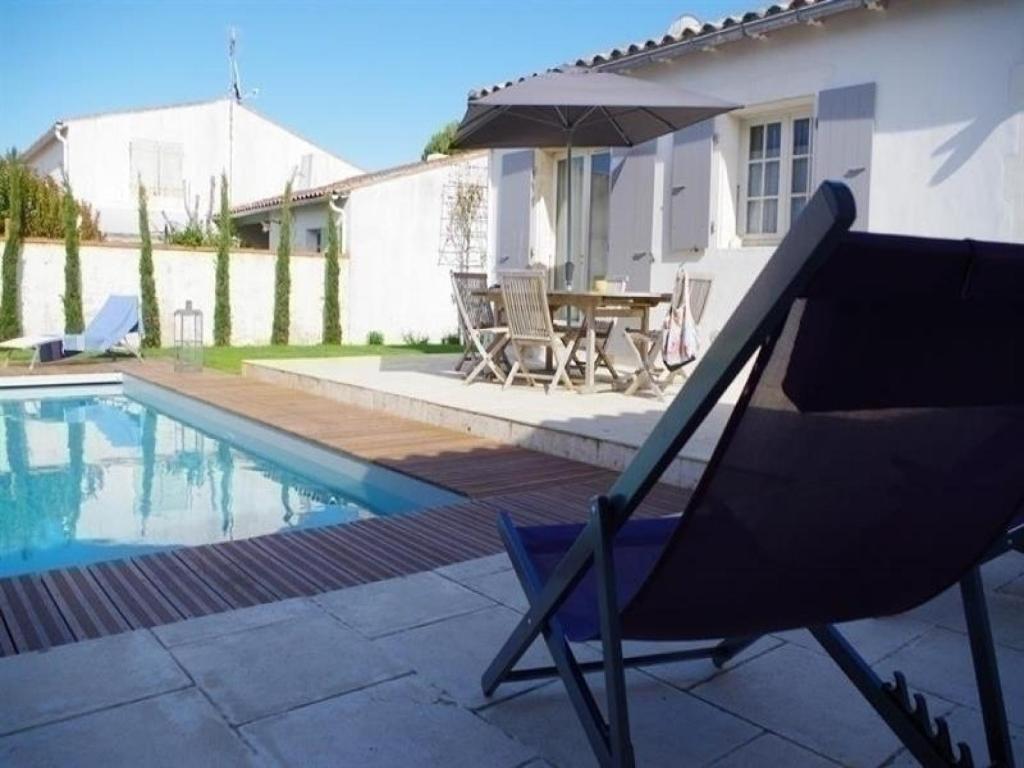 Villa La Couarde sur Mer avec piscine sur beau jardin clos - Villa ...