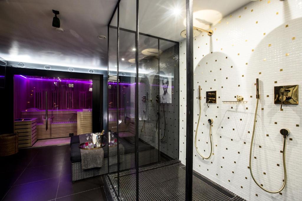 appartement chambre avec jacuzzi sauna privatif locations de vacances bruxelles. Black Bedroom Furniture Sets. Home Design Ideas