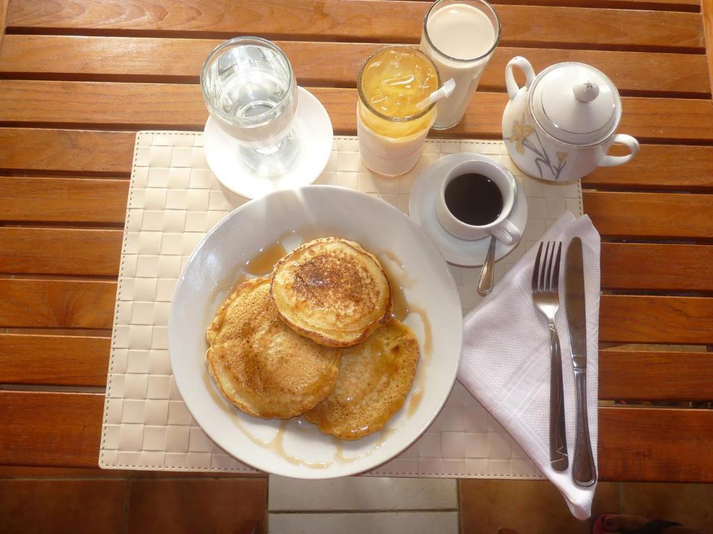 Opciones de desayuno para los huéspedes de Hotel El Quemaito