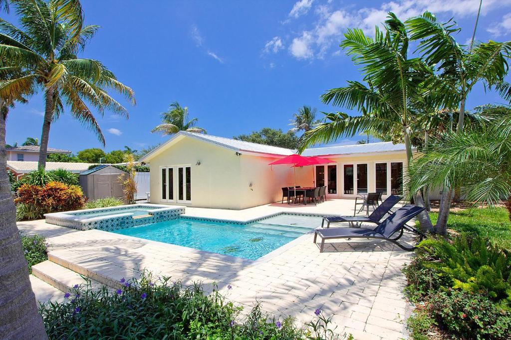 Vacation home contemporary waterfront retreat deerfield for Waterfront retreat