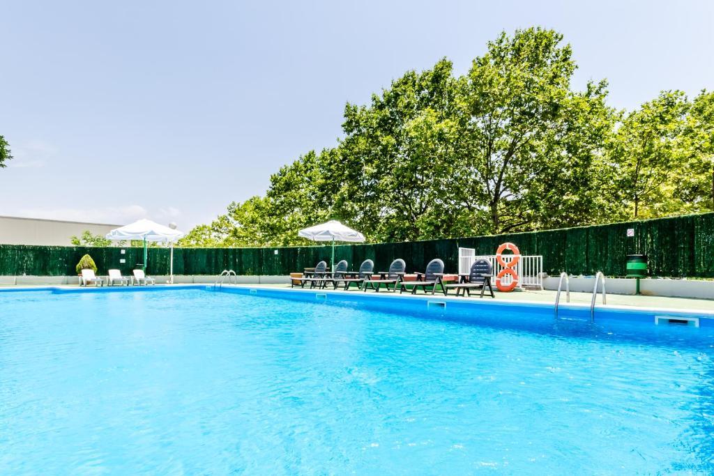 Exe parc del vall s montcada reserva tu hotel con for Piscina xarau cerdanyola