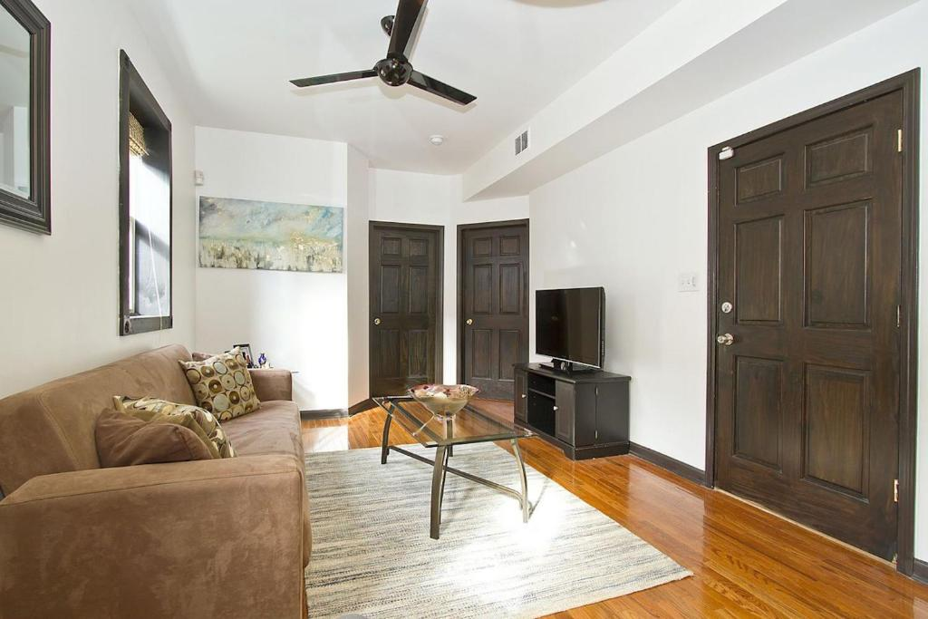 two bedroom apartment on north elizabeth street 2 chicago il