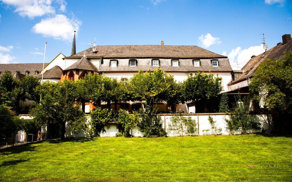 Hotel klosterschenke kenn book your hotel with viamichelin for Designhotel trier
