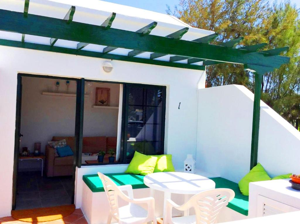 Casita blanca jard n del sol 1 holiday houses playa blanca for Casita para jardin