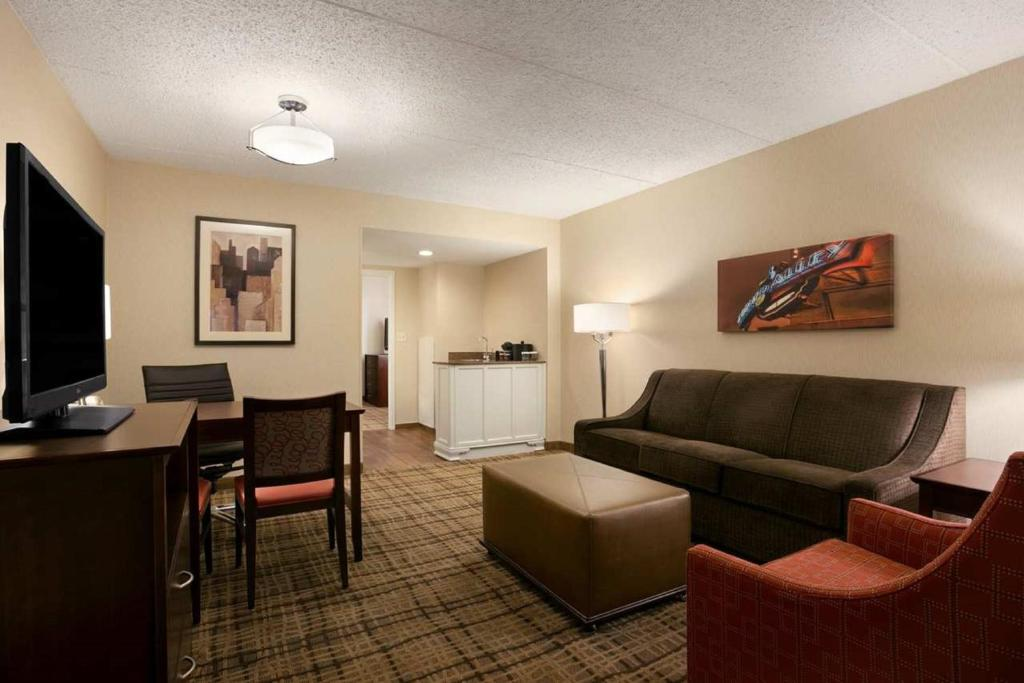 Embassy suites cleveland beachwood shaker heights book your hotel with viamichelin for Living room restaurant east hampton