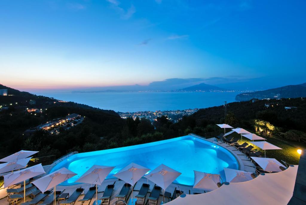 A piscina localizada em Grand Hotel Due Golfi ou nos arredores
