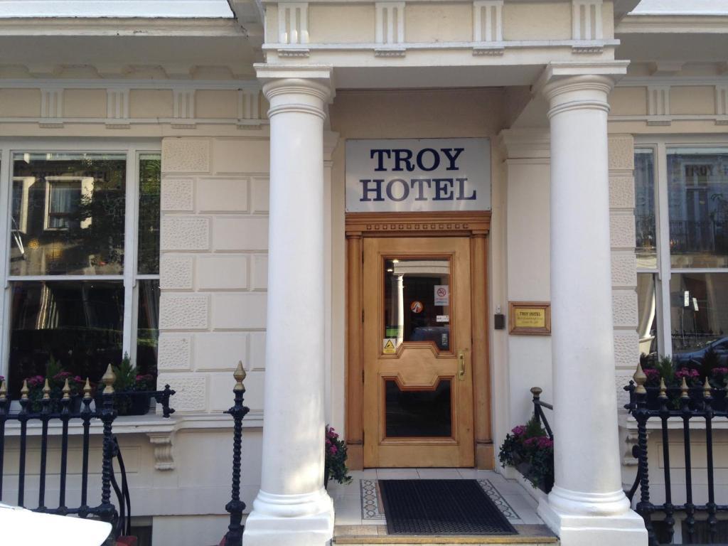 A fachada ou entrada em Troy Hotel