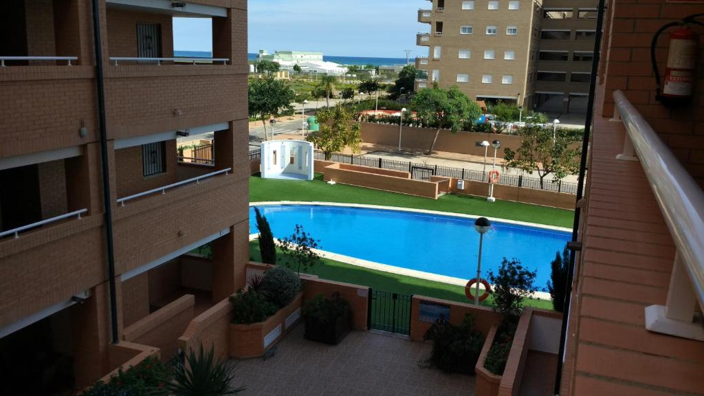 Apartamento con piscina de cesped artificial espa a torre for Apartamentos en madrid con piscina