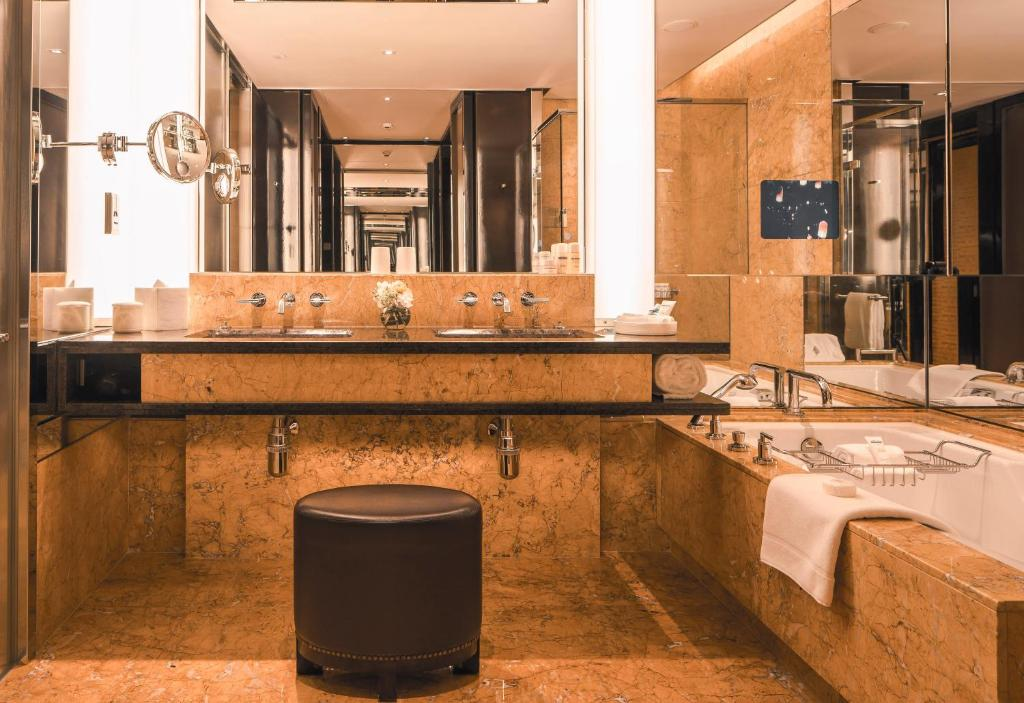 Four Seasons Hotel Hong Kong Hong Kong Book Your Hotel With Viamichelin