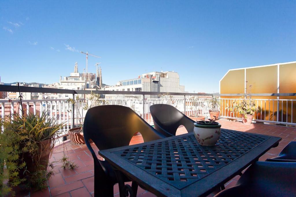 Aparteasy atic terrace in sagrada familia barcellona for Prenotare hotel barcellona