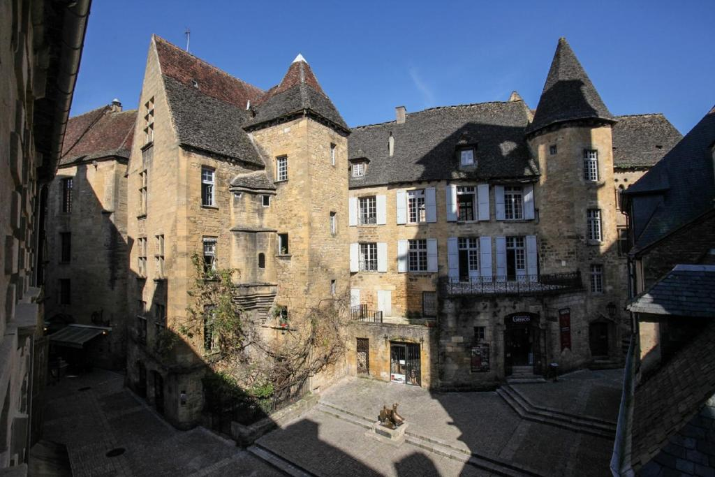 in sarlat luxury rentals medieval center sarlat la can da book your hotel with viamichelin. Black Bedroom Furniture Sets. Home Design Ideas