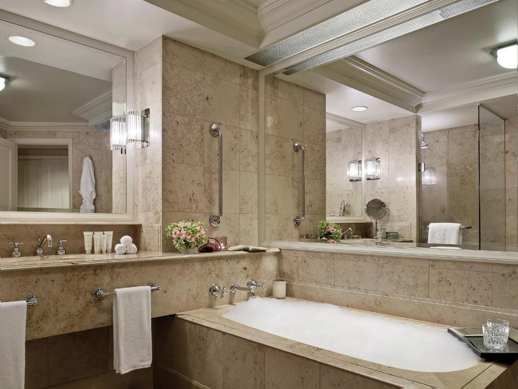 Un baño de The Langham Melbourne
