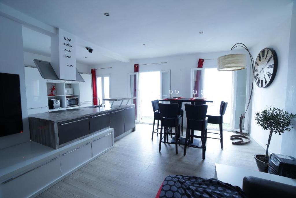 Appartement sublime t4 design au bord de la mer locations for Appartement design var