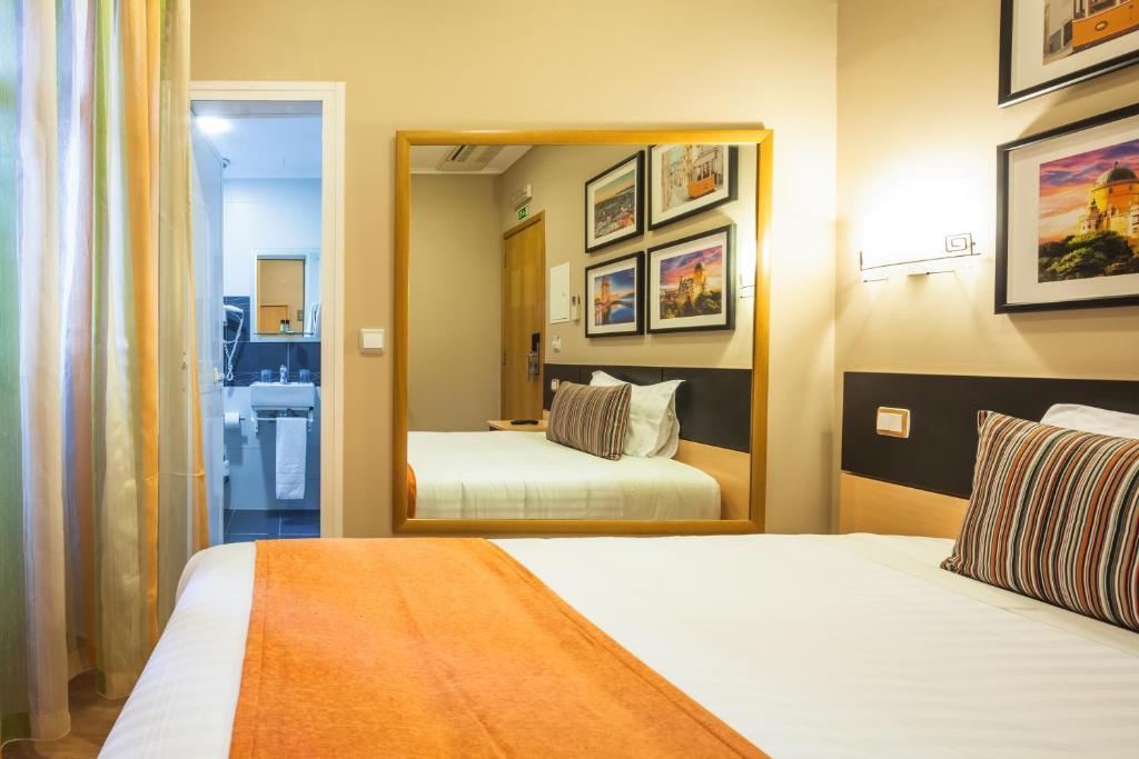 chambres d 39 h tes vila nova guesthouse chambres d 39 h tes lisbonne. Black Bedroom Furniture Sets. Home Design Ideas