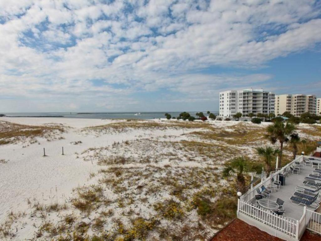 Sterling Shores Destin FL Destin FL 2 Bedrooms Sleeps 6 From $/Daily More Info. Sterling Shores Destin and yes he did shower and we all washed our feet prior to entering the room and removed shoes at the door. I thought it was strange that he had sand in his bed but just let it go. We have stayed at sterling shores in Destin.