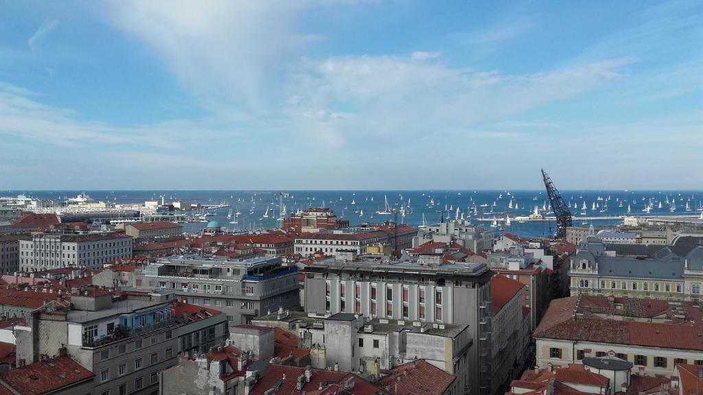 Appartamento la finestra sul mare italia trieste for Subito it arredamento trieste