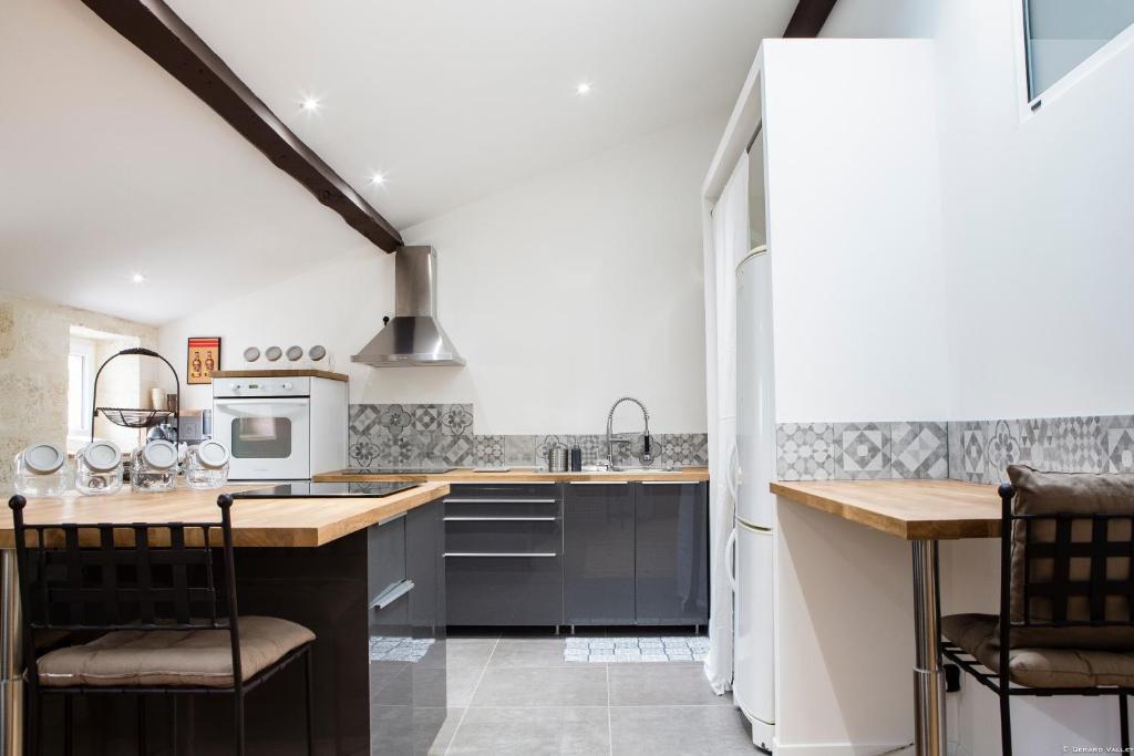 Foy lovely 2 bedroom appartement prkg locations de - Ustensiles de cuisine bordeaux ...