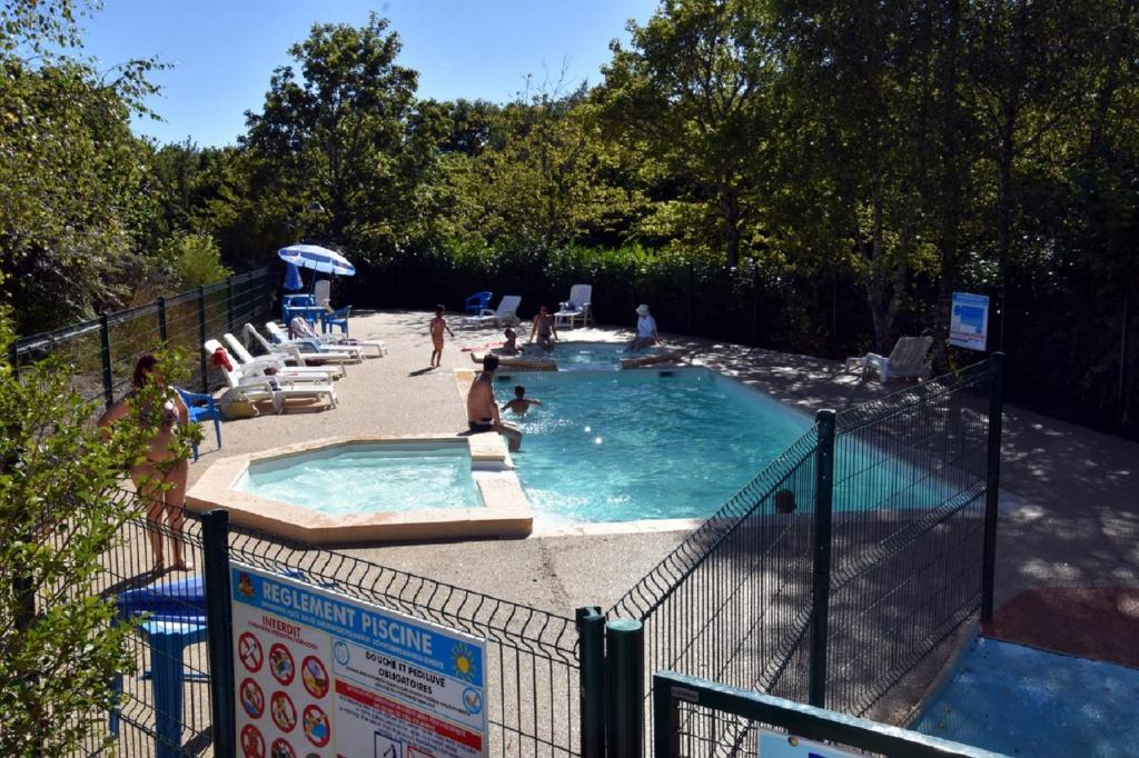 L 39 aquarelle du limousin camping r servation gratuite for Aquarelle piscine hotel seneffe