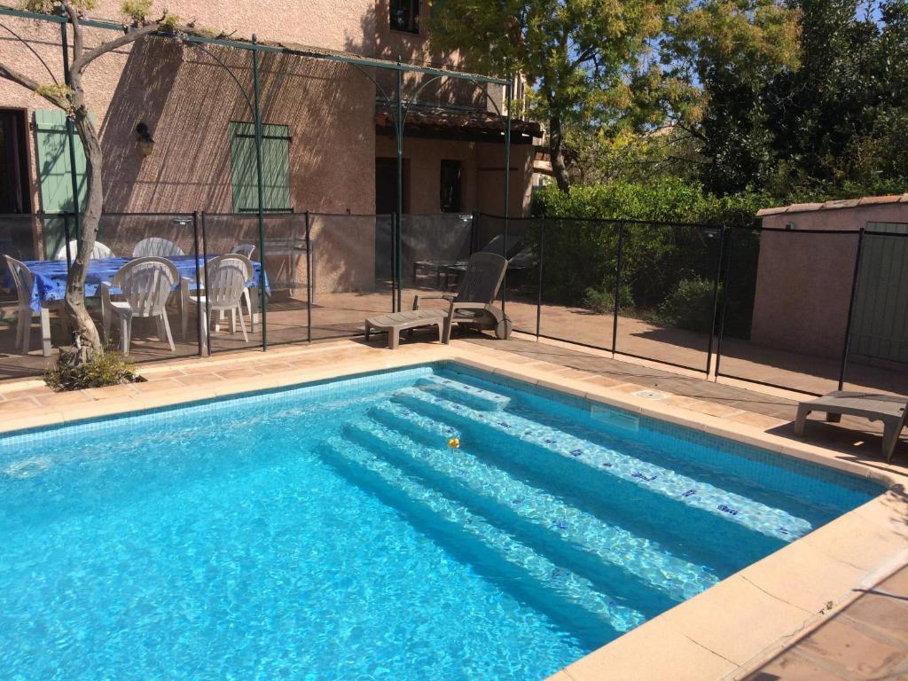 Maison proven ale piscine et plages locations de vacances for Piscine carqueiranne