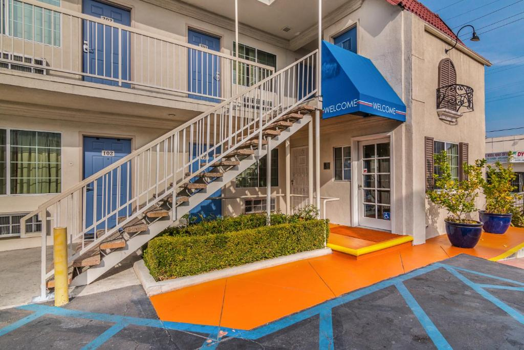 Motel 6 is the established economy lodging chain with some locations in the US and Canada. The brand caters primarily to families and other budget-minded travelers with a limited selection of amenities, including cable TV, free local calling, and complimentary coffee in the goodellsfirstchain.tkise fee: $25,