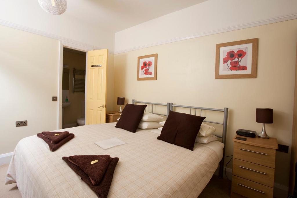 Una cama o camas en una habitación de Cranston House