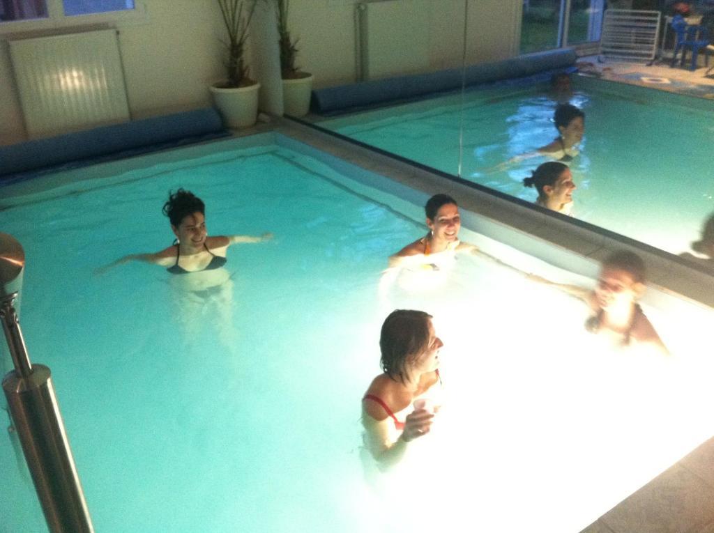 G te avec piscine int rieure chauff e locations de for Gite piscine interieure