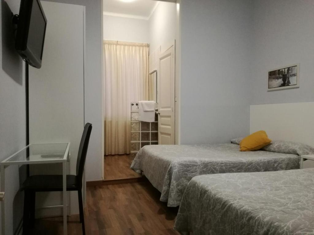chambres d 39 h tes hostal lesseps chambres d 39 h tes barcelone. Black Bedroom Furniture Sets. Home Design Ideas