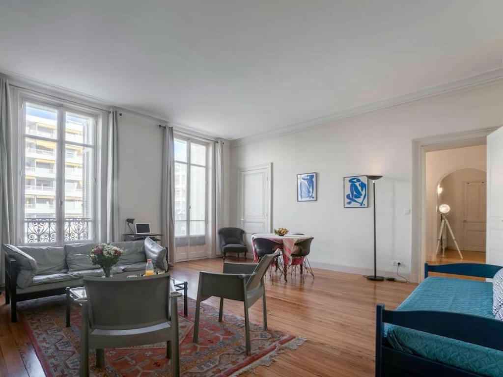 Le palais thermal t2 de 75m2 spacieux et moderne biarritz viamichelin informatie en online for Moderne toiletartikelen