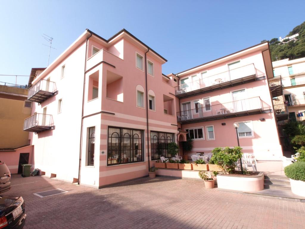 Acquistare un hotel a Laigueglia, sulla costa a buon mercato