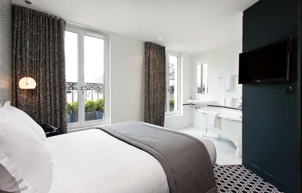 سرير أو أسرّة في غرفة في Hôtel Emile
