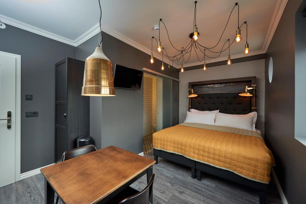 Cama ou camas em um quarto em 105 - A Townhouse Hotel