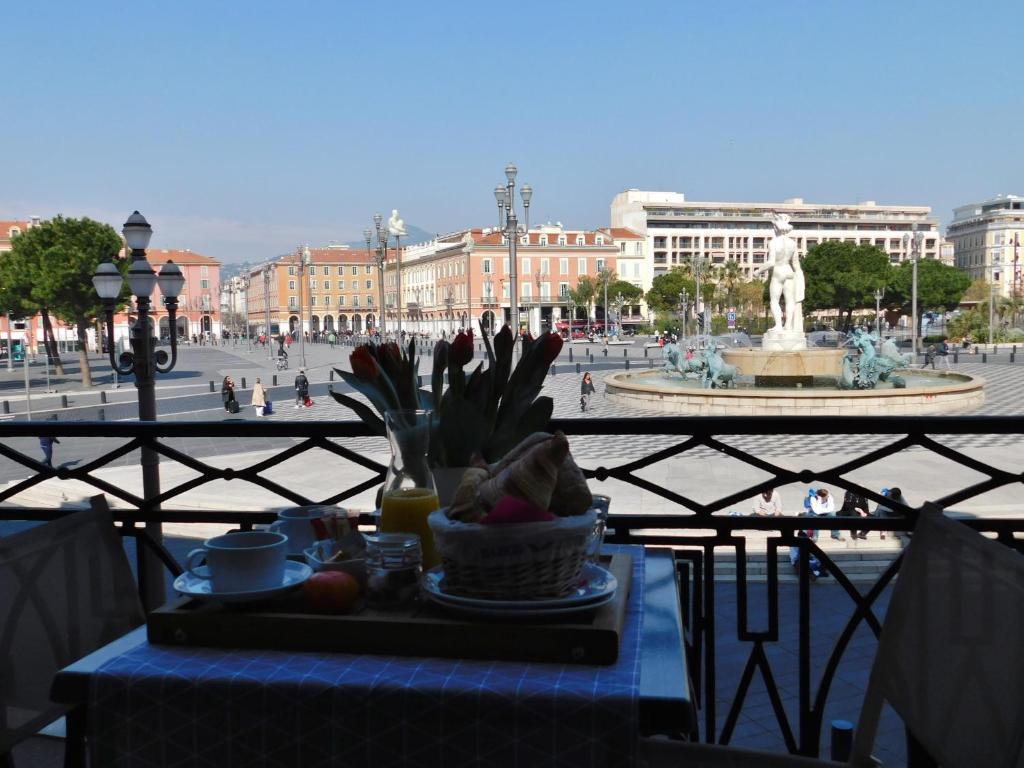 Um restaurante ou outro lugar para comer em Hotel De La Mer