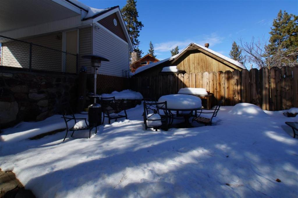 Cabin fever big bear lake book your hotel with viamichelin for Big bear village cabins