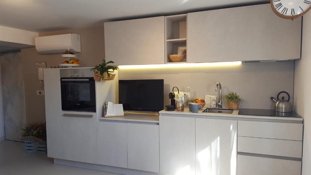 مطبخ أو مطبخ صغير في Fly Windows Apartment