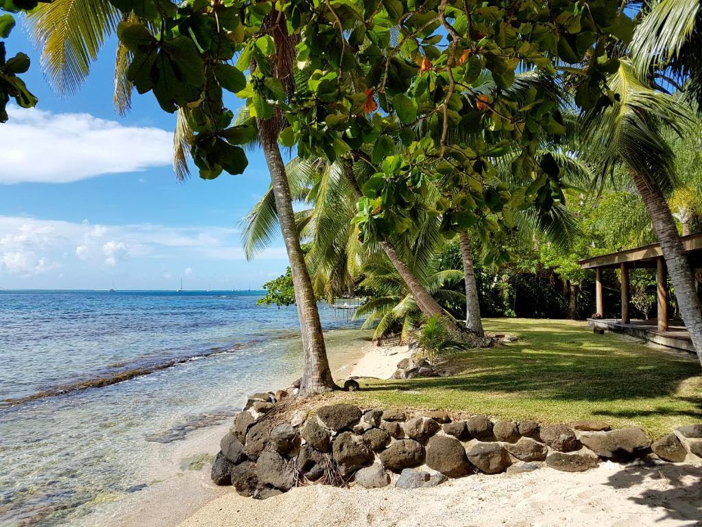 House upu by tahiti homes locations de vacances moorea for Chambre 13 tahiti plage mp3